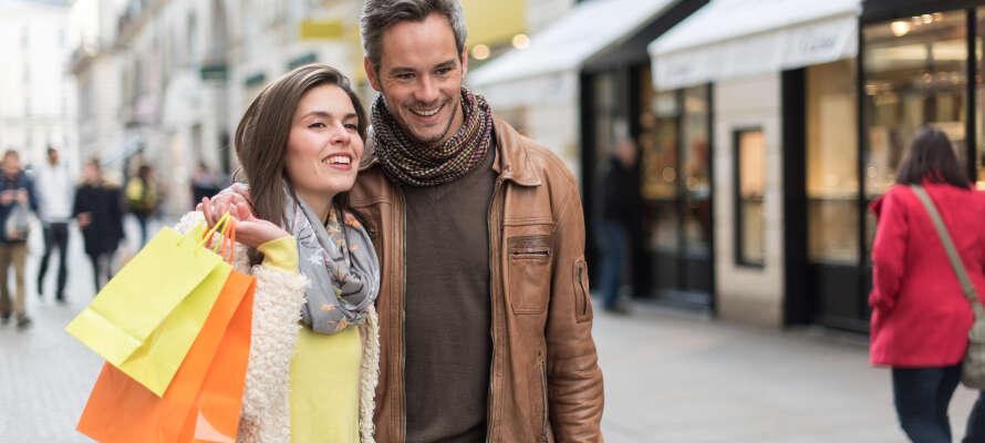 Promenera längs Strøget och upplev stadens levande atmosfär mellan besök i olika butiker