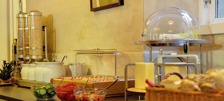 Börja dagen med hotellets goda och varierade frukostbuffé som serveras i trevliga omgivningar