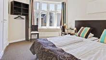 Hotellets stora och ljusa superiorrum är en perfekt bas för er semester