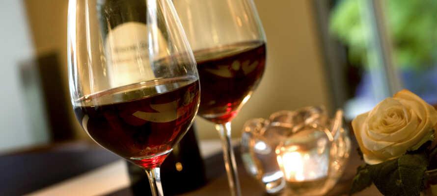Genießen Sie ein gutes Getränk oder ein Glas Wein in der Hotelbar - der Aufenthalt beinhaltet einen Gutschein.