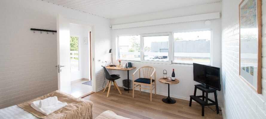 Hotellets standardrum är inredda i ljusa färger och utgör en bra bas för ert besök på Nordjylland.