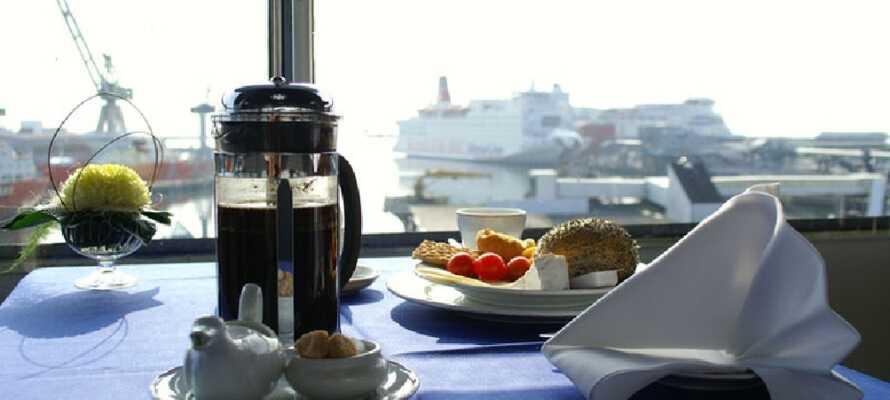 Nyt frokosten med en fantastisk utsikt til byens pulserende havn fra hotellets 6. etasje.