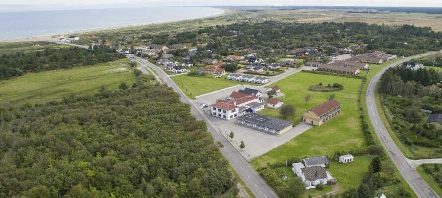 Dette moderne hotel ligger i naturskønne omgivelser blot nogle få hundrede meter fra stranden ved Jammerbugten.