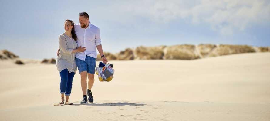 Om sommeren kan I nyde det danske vejr når det er bedst, med en kort gåtur ned til strandens bløde sand og kølige vand.