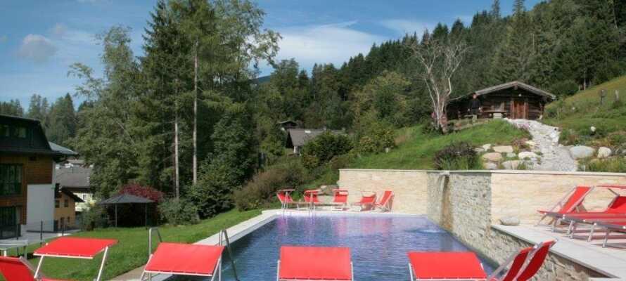 I de varme måneder kan I nyde godt af hotellets udendørs swimmingpool