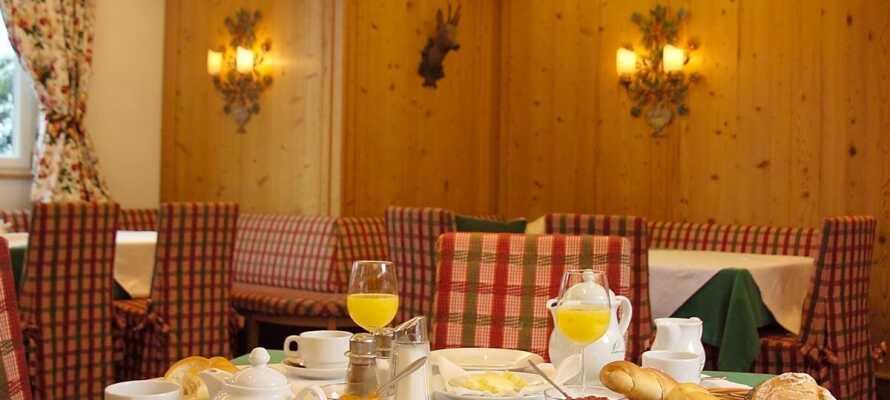 Starta dagen med en härlig frukostbuffé i hotellets mysiga restaurang innan ni tar er ut i vinterlandskapet.