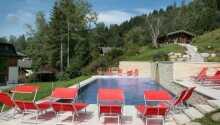 Hotellets udendørs swimmingpool som er åben for fri adgang i de varme måneder