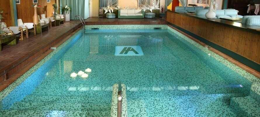 Lassen Sie die Zeit in der eleganten Umgebung des Hotels stille stehen und entspannen Sie in dem einladenden Innenschwimmbecken oder nehmen Sie Spa-Anwendungen in Anspruch