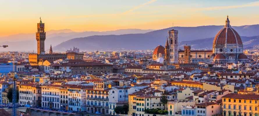 Gör en utflykt till Florens, berömd för sina arkitektoniska pärlor, som den imponerande 'Duomo'!