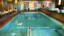 Hotellet har en stor indendørs swimmingpool
