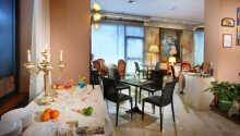 Hotellets restaurang ligger vid poolområdet och bjuder på god frukost samt italienska rätter till middag.