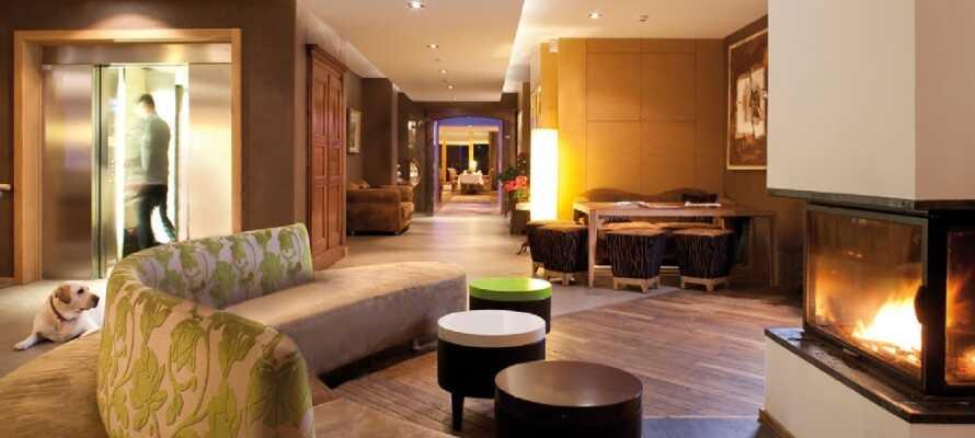 Slappna av i hotellets lobbyn med öppen spis och njut med en bra bok eller god drink.