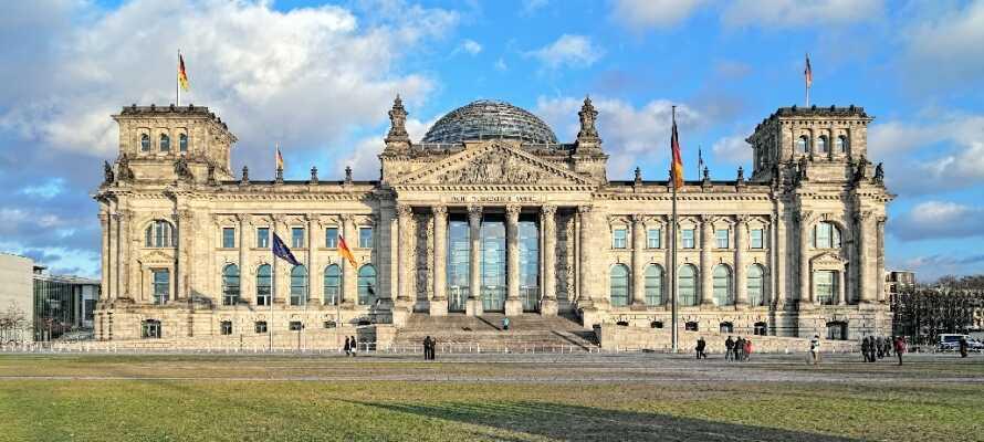 Opplev alle de historiske severdighetene som f.eks. Rigsdagen, Brandenburger Tor, Checkpoint Charlie og Berlinmuren.