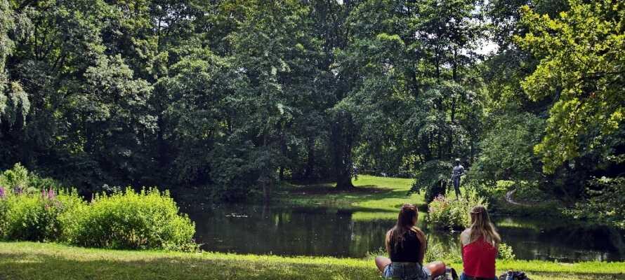 Nyt et avslappende øyeblikk i den vakre byparken Tiergarten i det tidligere Vestberlin, hvor dere også bl.a. finner Berlin Zoo.
