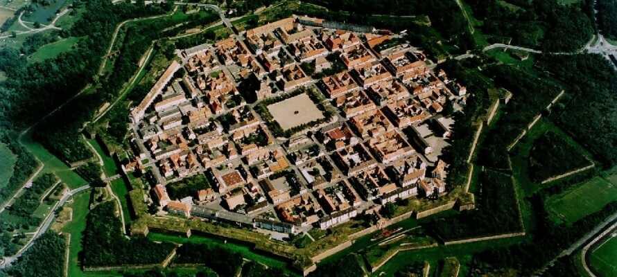 Neuf-Brisach her en unik byplanlægning udarbejdet i 1698 af Vauban, som var militær ingeniør for Ludvig XIV.