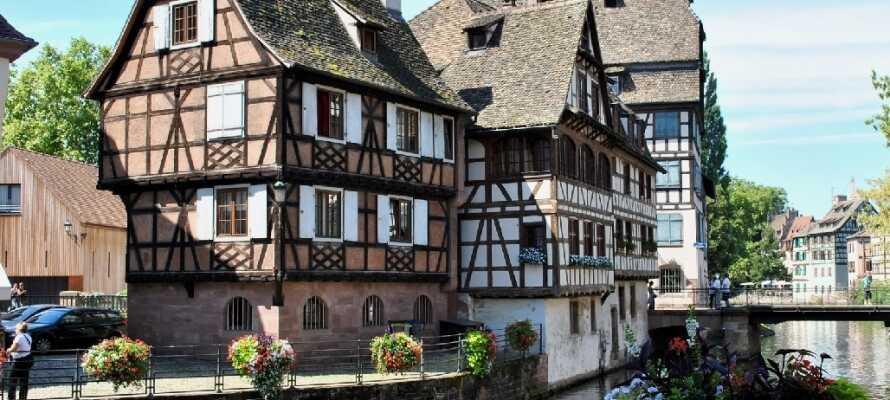 Kleine idyllische Dörfer mit Fachwerkhäusern, Weinbergen, Schlössern und mittelalterlichen Städten verbindet man mit dem schönen Elsass.