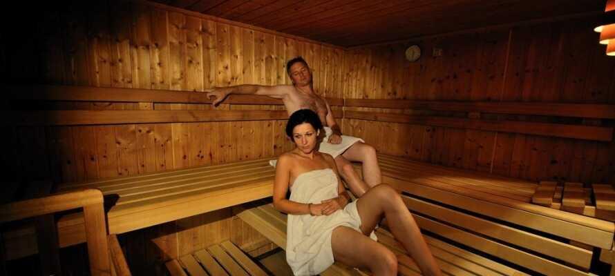 Hotellets wellnessafdelingen byder både på sauna, dampbad, aromabad, afslappende behandlinger og massage.