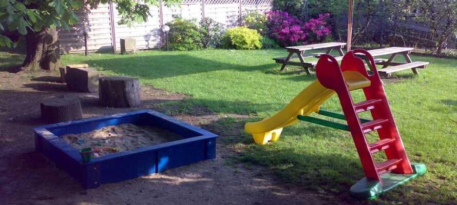 Entspannen Sie nach einem erlebnisreichen Tag im Hotelgarten, wo es auch einen Spielplatz für die Kleinen gibt