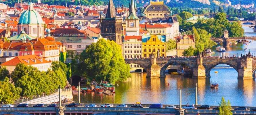 Upplev Prags romantiska kvarter, glittrande gator och den pittoreska Karlsbron, med målare och gatumusikanter.
