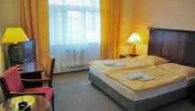 Exempel på ett av hotellets praktiskt inredda rum.