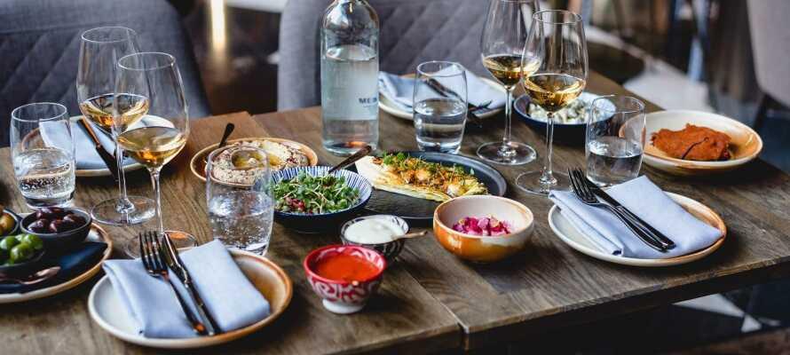 I kan se frem til en udsøgt 10-retters smagsoplevelse i den prominente Restaurant DADA.