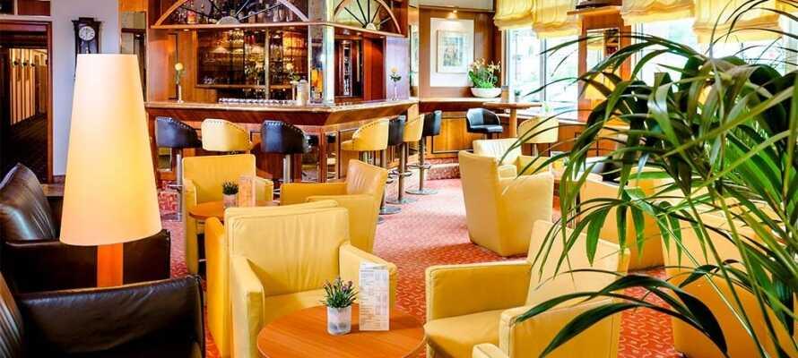Genießen Sie die schöne Umgebung auf der Hotelterrasse.
