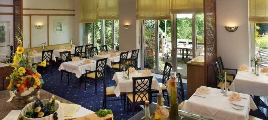 På hotellet er der både en bistro og en fin restaurant, så I kan få stillet sulten.