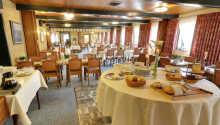 I hotellets charmiga restaurang serveras både frukost och middag