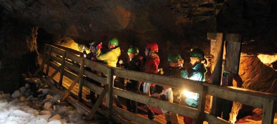 Bege er ner genom de långa gångarna till underjordens kyliga inre, i den flera hundra år gamla gruvan, Kleva Gruva.