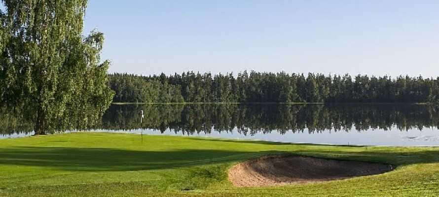 Ud over hele det smålandske landskab er den ene smukke golfbane efter den anden strøet med løs hånd.