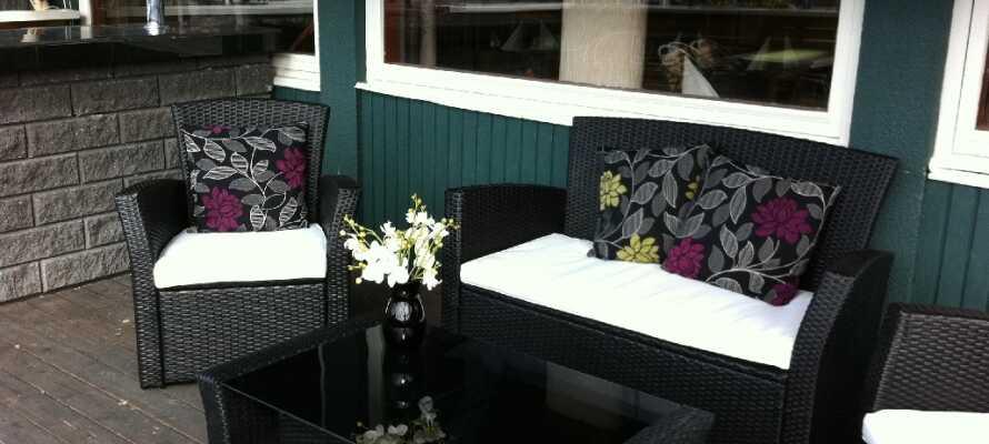 Nyd et afslappet øjeblik på hotellets nydelige terrasse.