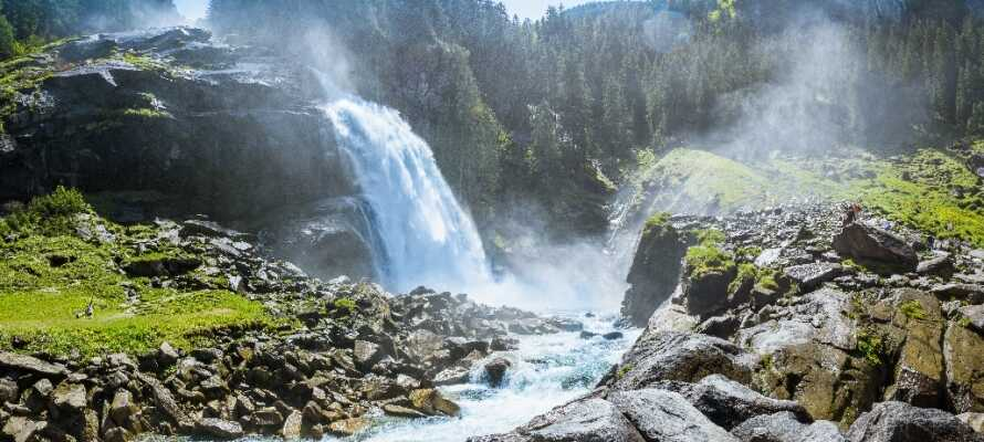 Opplev den brølende lyden fra Østerrikes høyeste fossefall, Krimmler fossefallene, som har en fallhøyde på hele 380 meter!
