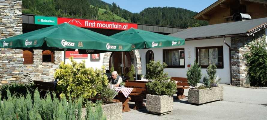 Das Hotel serviert gutes österreichisches Essen, das Sie im Restaurant oder auf der gemütlichen Terrasse genießen können