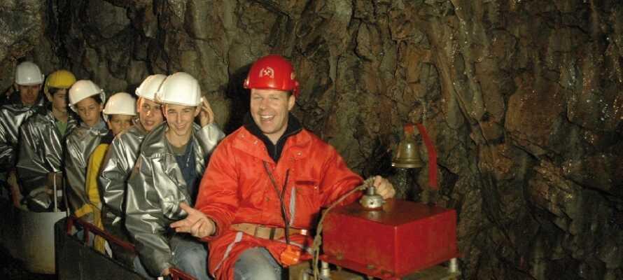 Kom på en unik minevogntur, 800 meter ned i den fascinerende gammeldags Silberbergwerk bjergmine.