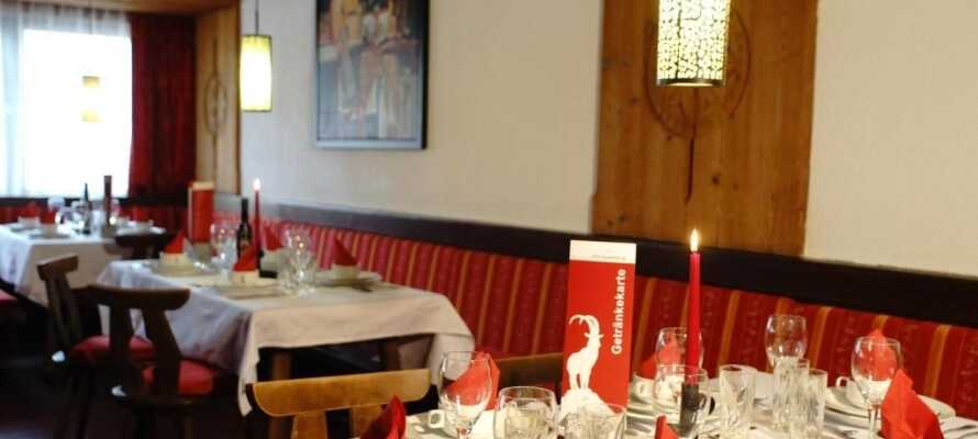 Am Abend können Sie im gemütlichen Restaurant essen.