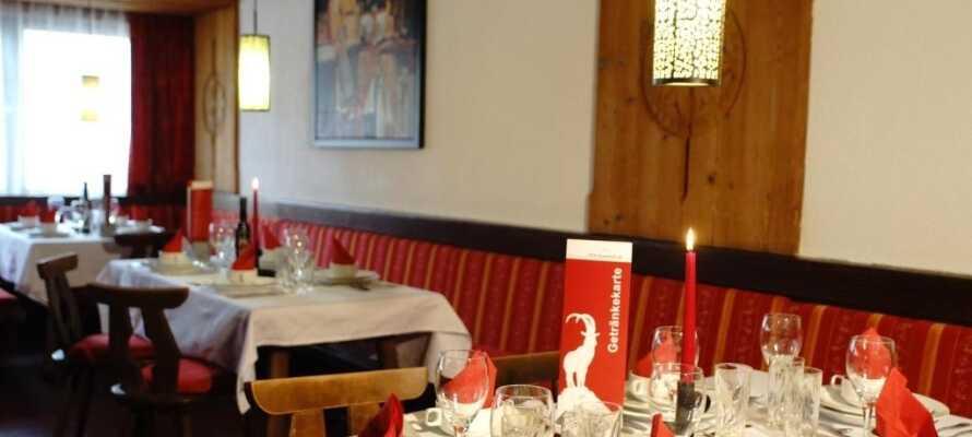 Om ettermiddagen kan du spise middag i den hyggelige restauranten.
