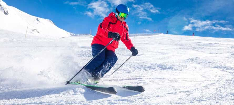 Versuchen Sie Skifahren und Snowboarden. Hier gibt es viele Möglichkeiten.