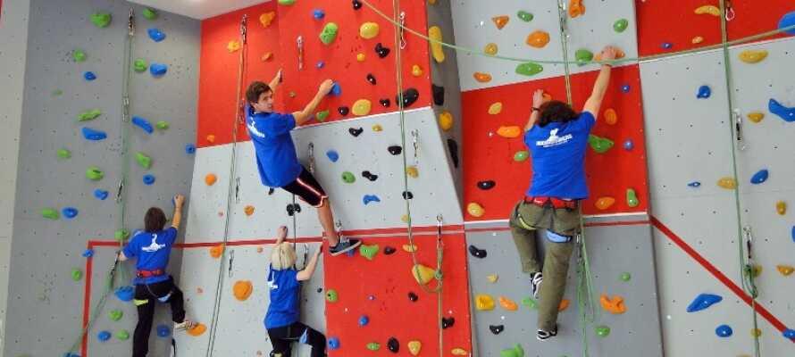 In der Sporthalle gibt es eine Kletterwand und Sie können Volleyball, Basketball und Badminton spielen.