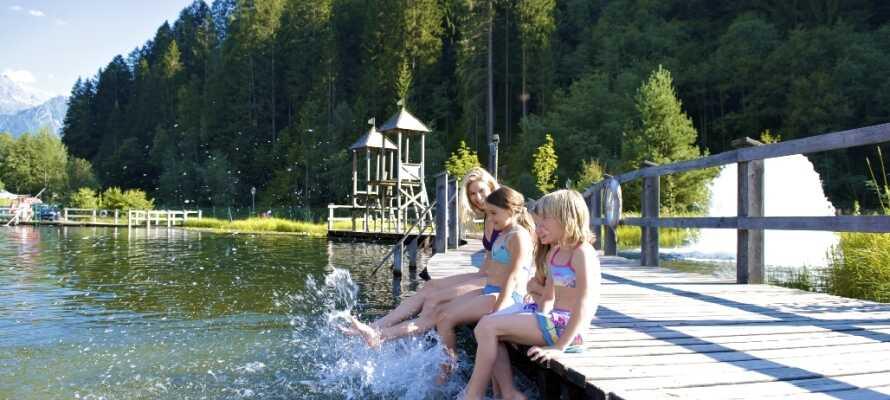 Endast några hundra meter från hotellet är det vackra friluftsbadet, Mountain Beach, där hela familjen kan njuta på sommaren.