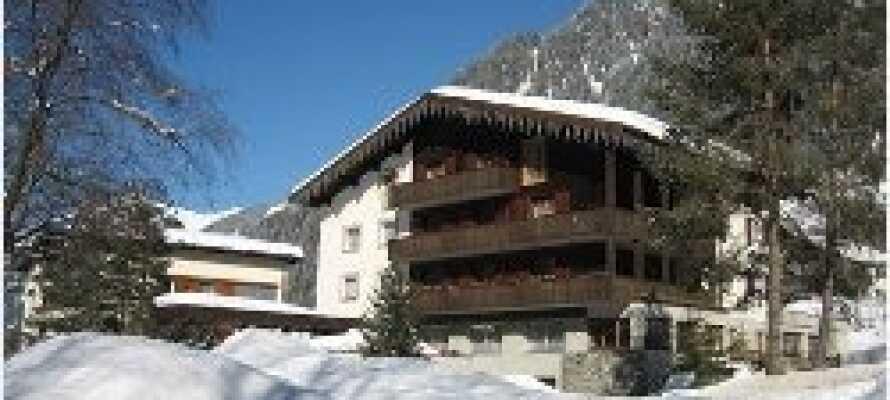 Hotellet ligger i den natursköna Montafon-dalen omgiven av vackra bergslandskap, nära byn Gaschurn.