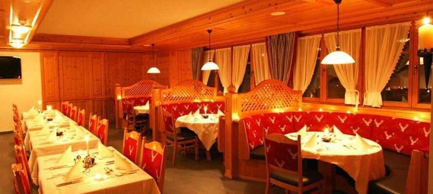 Ät middag i den mysiga restaurangen och njut av en drink i baren eller en kopp kaffe vid den öppnaspisen