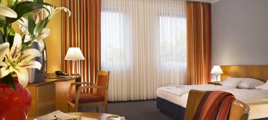 Hotellets lyse værelser sørger for I har en hyggelig base for Jeres storbyferie i Berlin