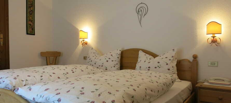 Hotellets værelser er indrettet med mange detaljer, og tilbyder en skøn bjergudsigt - og nogle værelser kan bookes med balkon.