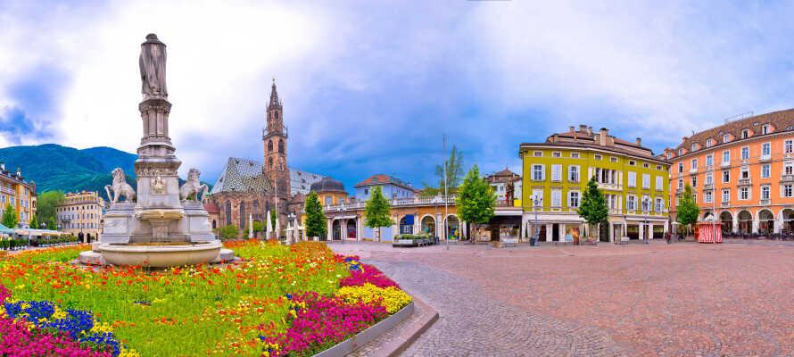 Besøg nogle af de mange charmerende byer i nærheden, og tag f.eks. på shopping- og sightseeingtur i smukke Bolzano.