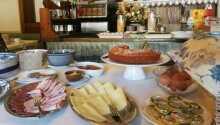 Morgenbuffeten tilbyder et godt udvalg for enhver smag.