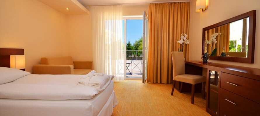 Bo bekvämt i hotellets dubbelrum. Dessa eleganta rum är perfekta för en stunds avkoppling efter en lång dag.