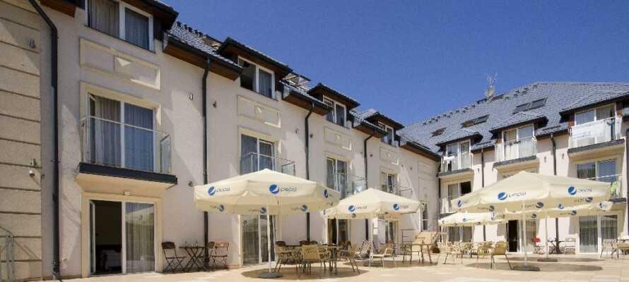 Nyd det gode vejr på terrassen eller tag en drink i hotellets bar