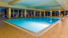 Svøm en tur i hotellets innendørs svømmebasseng