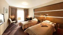 Exempel på ett av de rymliga och stilfullt inredda hotellrummen.