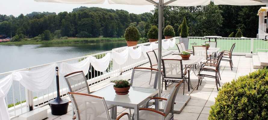 Hotellet ligger alldeles vid Segeberger See och från terrassen är det fin utsikt över sjön-